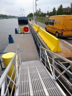 Access to public transport pontoon